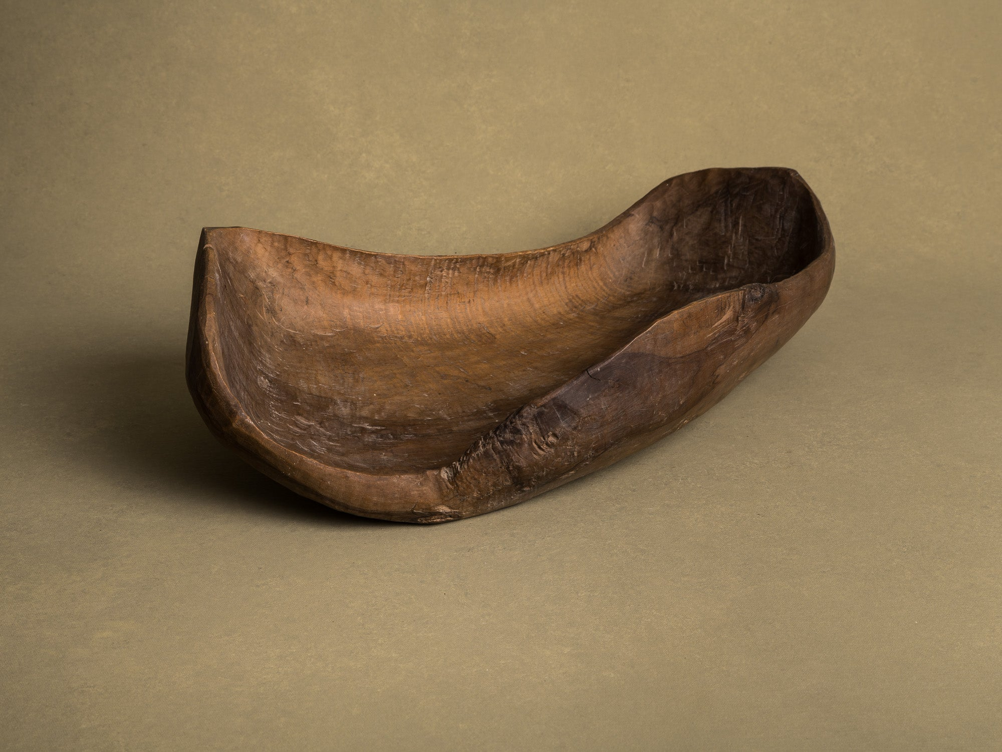 Coupe monoxyle normande en noyer, art paysan, France (XIXe siècle)..Free form carved Norman walnut wooden bowl, Peasant art, France (19th century)