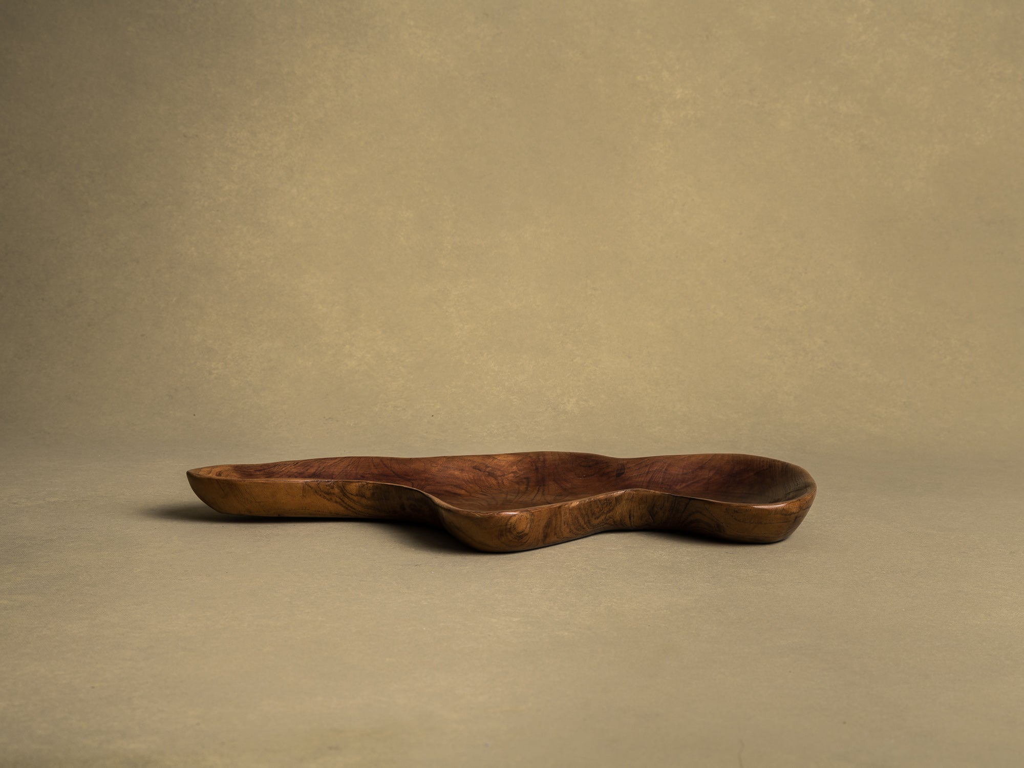 Coupe monoxyle de forme libre en bois exotique, France (vers 1950)..Free form biomorphic wooden bowl, France (circa 1950)