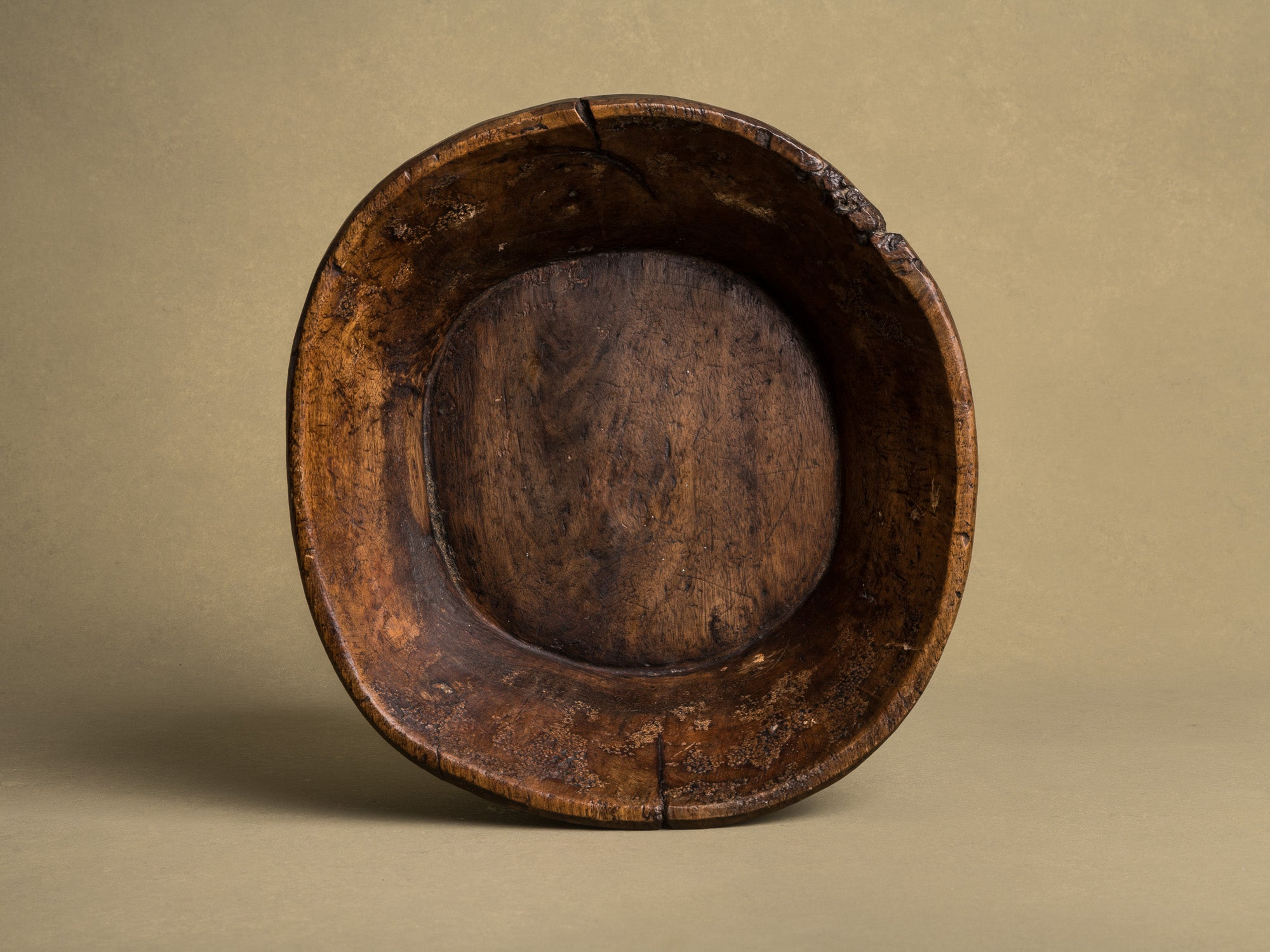 Coupe monoxyle auvergnate en noyer, art paysan, France (XIXe siècle)..circular carved Auvergne walnut wooden bowl, Peasant art, France (19th century)