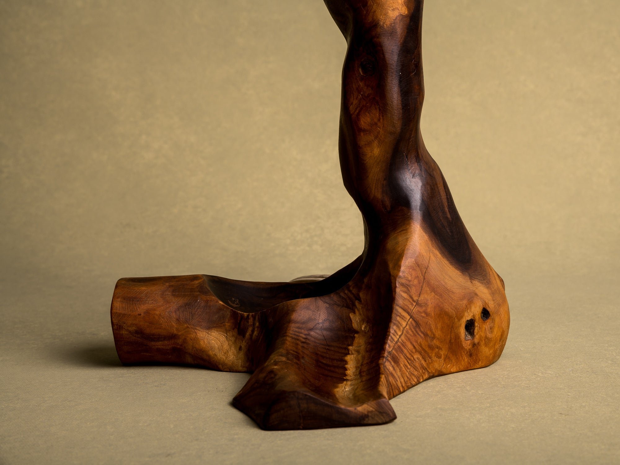 Lampe de table organique en olivier, France (vers 1950)..Free form biomorphic wood lamp, France (circa 1950)