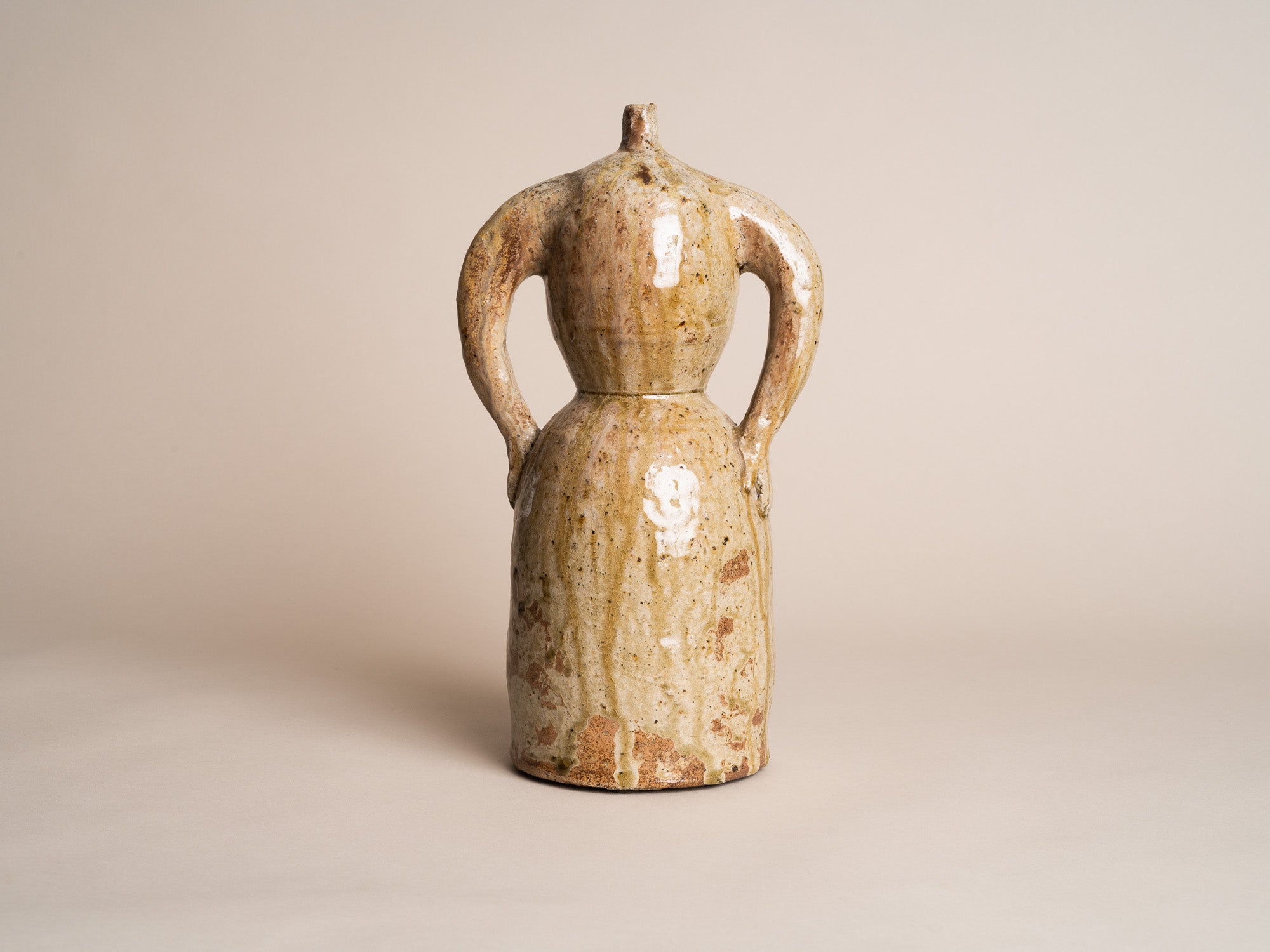 Rare sculpture‑bouteille anthropomorphe en grès de La Borne par Guy Bernon, France (vers 1960)..Anthropomorphic La Borne stoneware sculptural bottle by Guy Bernon, France (circa 1960)
