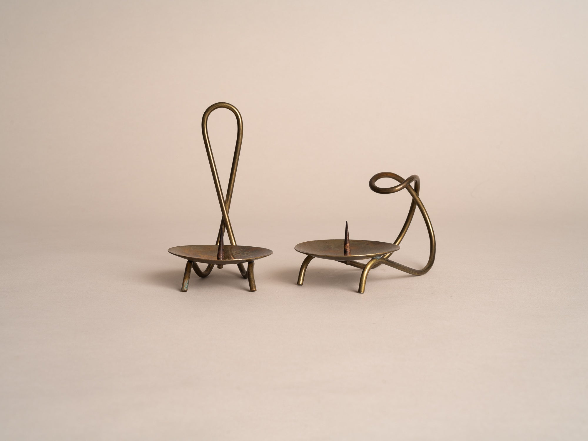 Ensemble de deux bougeoirs en laiton, style d'Hans Jensen, Danemark (vers 1950)..set of two brass candle holder in the style of Hans Jensen, Denmark (circa 1950)