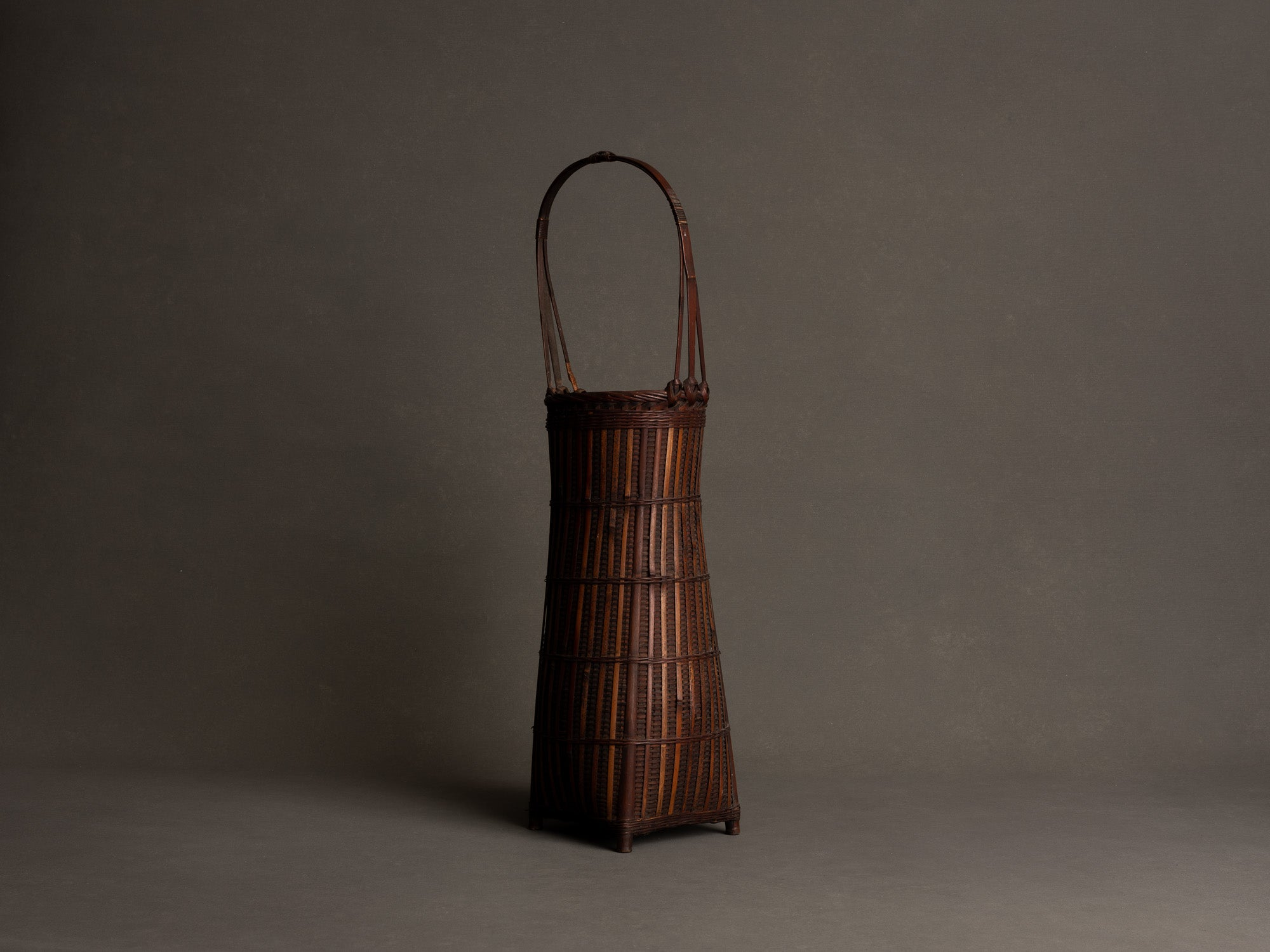 Hanakago, haut panier à anse pour l'ikebana, Japon (Ére Taishō / Début ère Shōwa)..Huge Hanakago Ikebana bamboo basket with wood handle, Japan (Taishō era / early Shōwa era)
