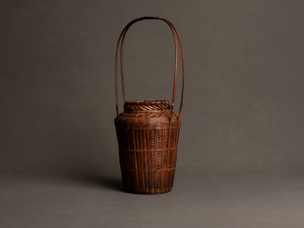 Hanakago, haut panier à anse en bambou pour l'ikebana, Japon (Début ère Shōwa)..Huge signed Hanakago Ikebana bamboo basket with handle, Japan (Early Shōwa era)