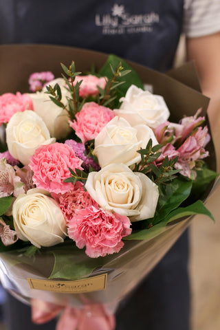 Cream Roses and Pink Carnation bouquet Lily Sarah Floral Studio Mother's Day Bouquet | 玫瑰 花束 花盒 花店 母親節 沙田科學園 大埔 送花 玫瑰