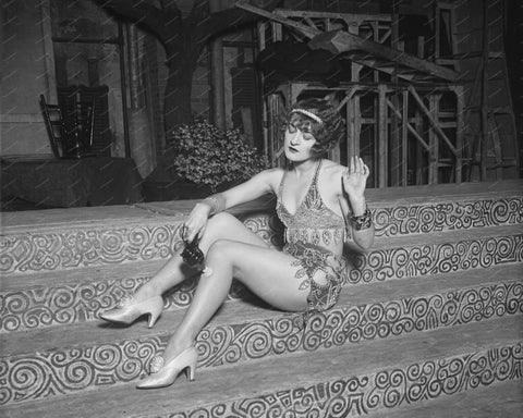 Flapper Girl Using Vibrator On Legs 1926 8x10 Reprint Of Old Photo - Photoseeum