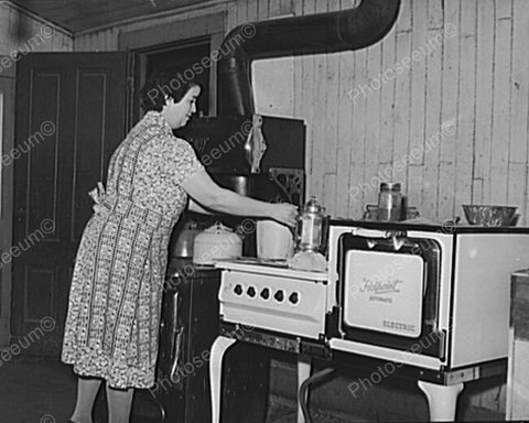 Lady Using A Hot Point Electric Stove 8x10 Reprint Of Old Photo - Photoseeum