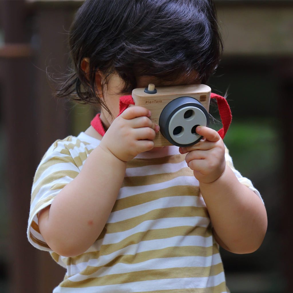 Plan Toys - Colored Snap Camera | Mapamundi Kids