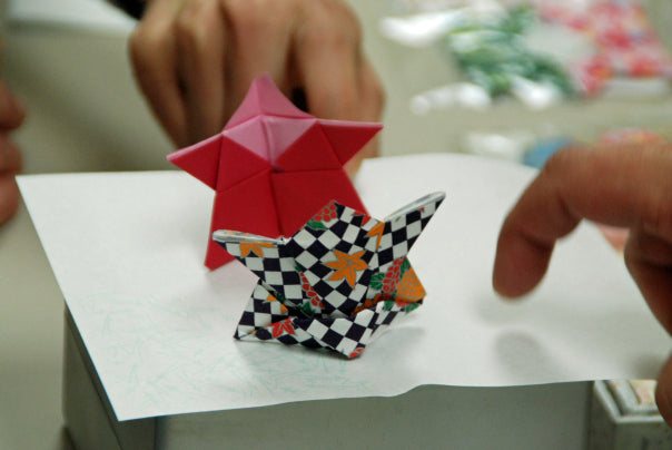 Origami fighting sumo wrestlers.
