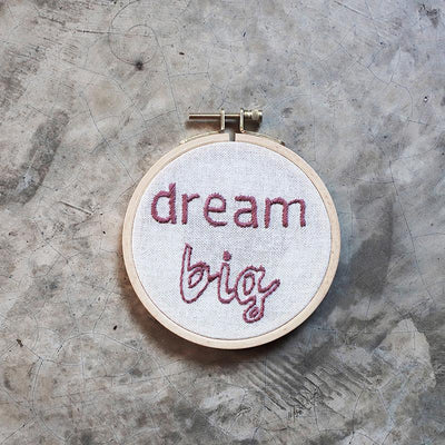 Numero 74 broderingssett, Hoop Kit Quote - Dream big
