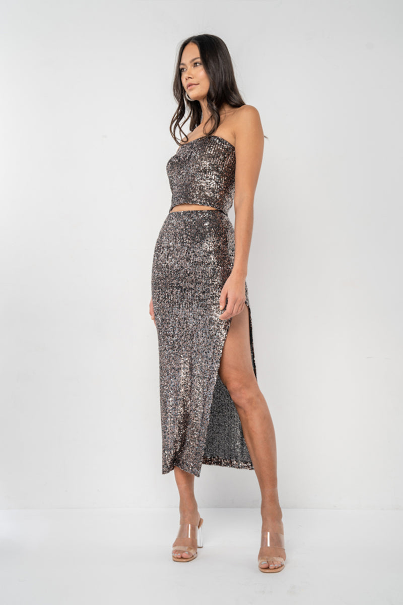 Mid-length, fitted skirt with high-cut side slit, elastic waistband. Made in a bronze and silver raindrop stretch sequin.