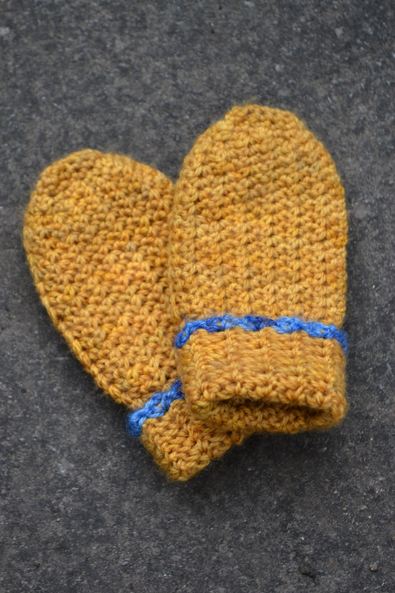 Petit Henri baby mitts with contrast trim