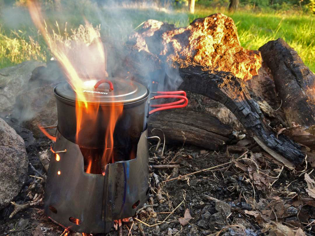 Henri de La Vega sends these pictures of his Sidewinder Ti-Tri making dinner on the trail!