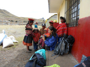 Fani showing the children in Chaullacocha the pictures she has taken.