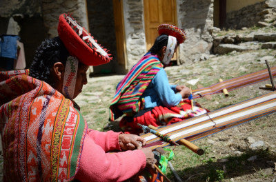 Women with threads in Andes