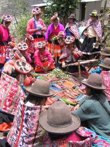 Weavers of Choqueqancha give a dying demonstration