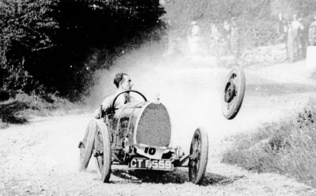 Raymond Mays' Bugatti loses a wheel, (early 1930s?)