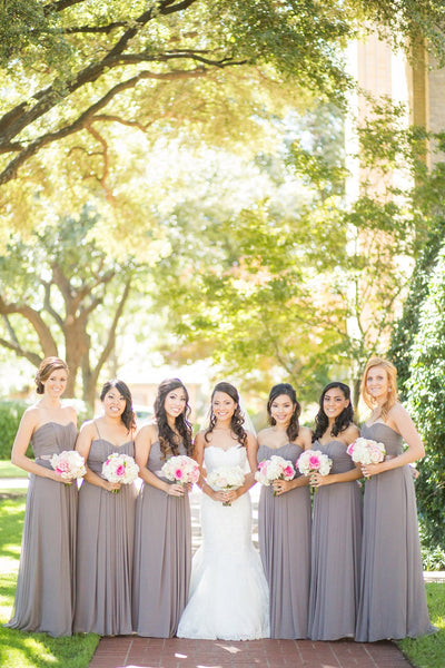 Bride and bridal party on wedding day, outdoor wedding pictres