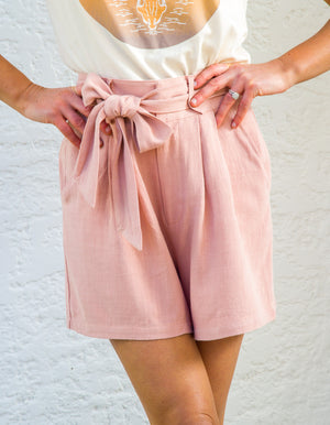 Staycation linen shorts in Blush