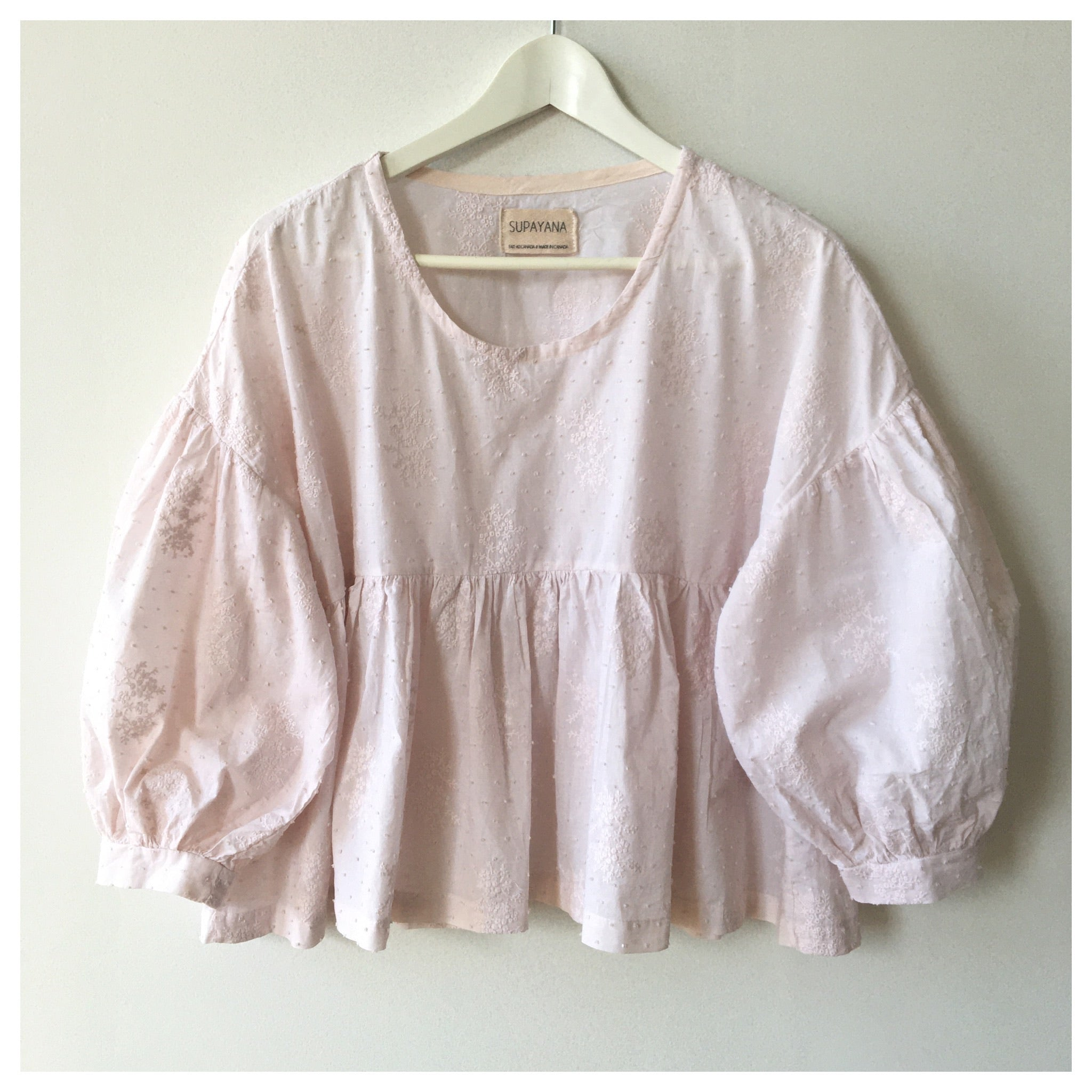 Naturally-dyed puff sleeve top