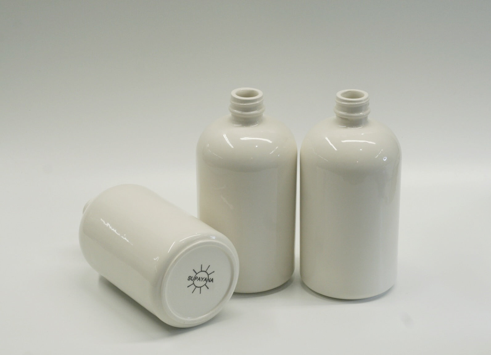 Bouteille blanche haut vissé // White screw top ceramic bottle