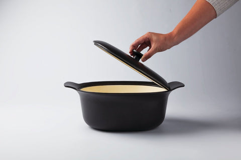 Ron 28cm Cast Iron Casserole Dish With Lid in Black Pepper