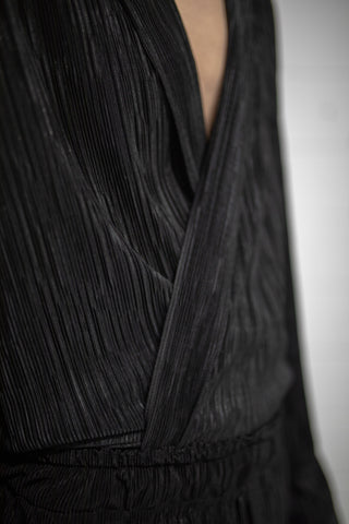BLACK SUMMER SET PLEATED BUTTON UP
