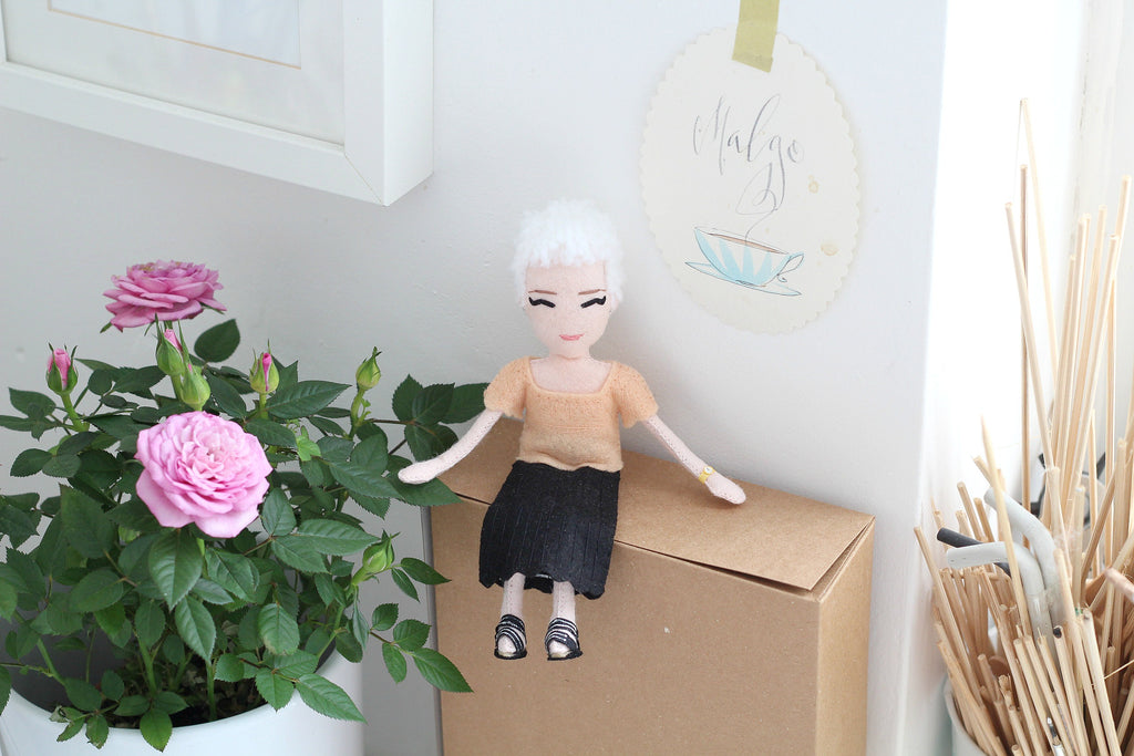 how to cheer up a woman, selfie doll