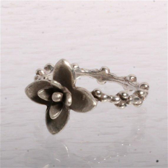 Delicate Sterling silver Flower ring size 7 - Zulasurfing Jewelry  - 1