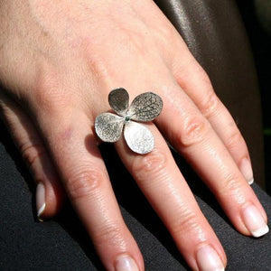 Silver movable flower ring with a green diamond center on a gold plated silver - Zulasurfing Jewelry  - 2