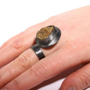 Black rhodium plated stering silver ring with a gold druzy - Zulasurfing Jewelry  - 2