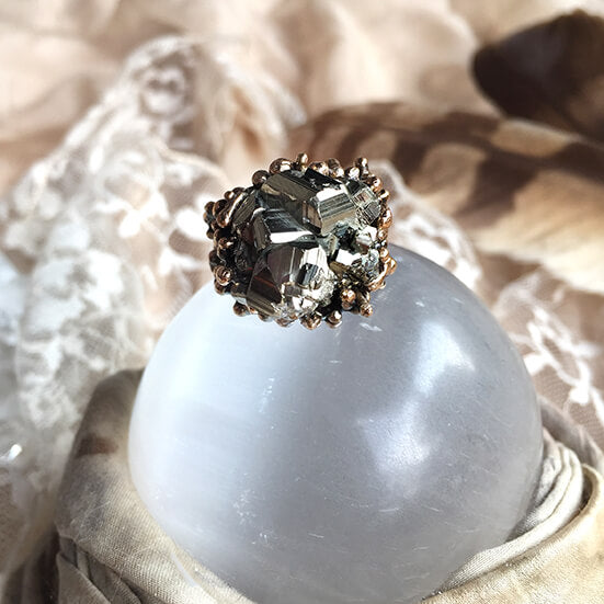 Pyrite healing ring to overcome procrastination and get an energy boost