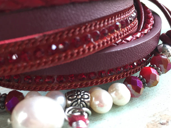 Bracelet wrap en cuir, leather bracelet, rouge et perles - Petit Luxe Boutique