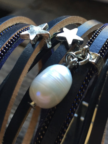 Bracelet wrap en cuir, leather bracelet, marine et perles, navy and pearl wrap leather bracelet - Petit Luxe Boutique
