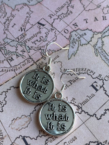 Boucles d'oreilles petits mots it is what it is earrings