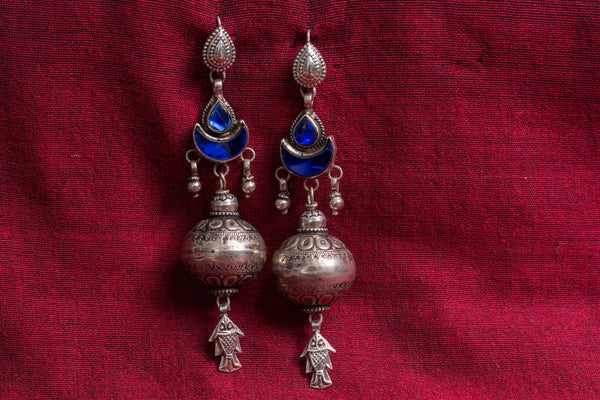 20a508-silver-amrapali-earrings-embossed-blue-glass-fish