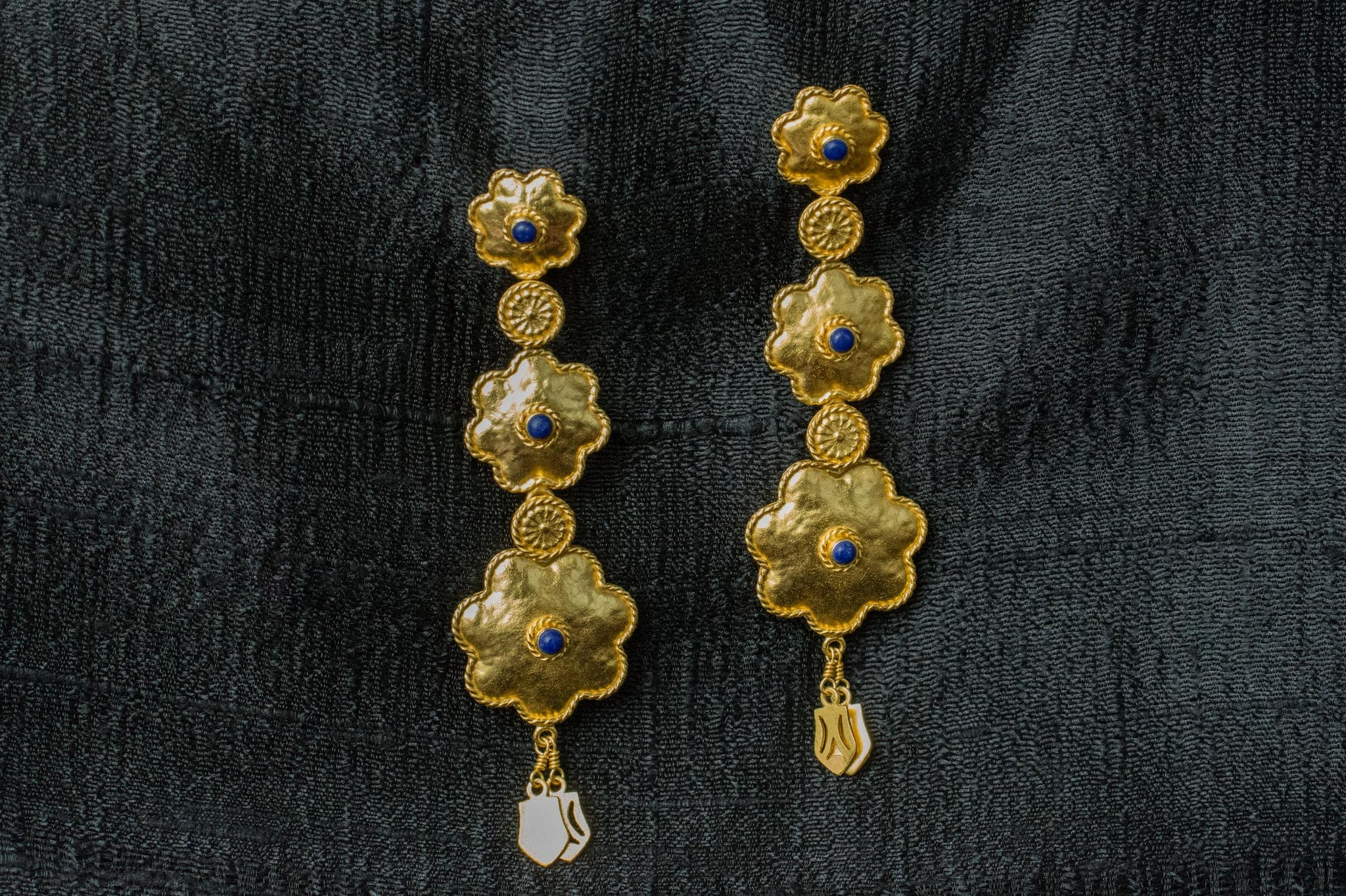 20A536-silver-gold-plated-amrapali-earrings-floral-design-lapis