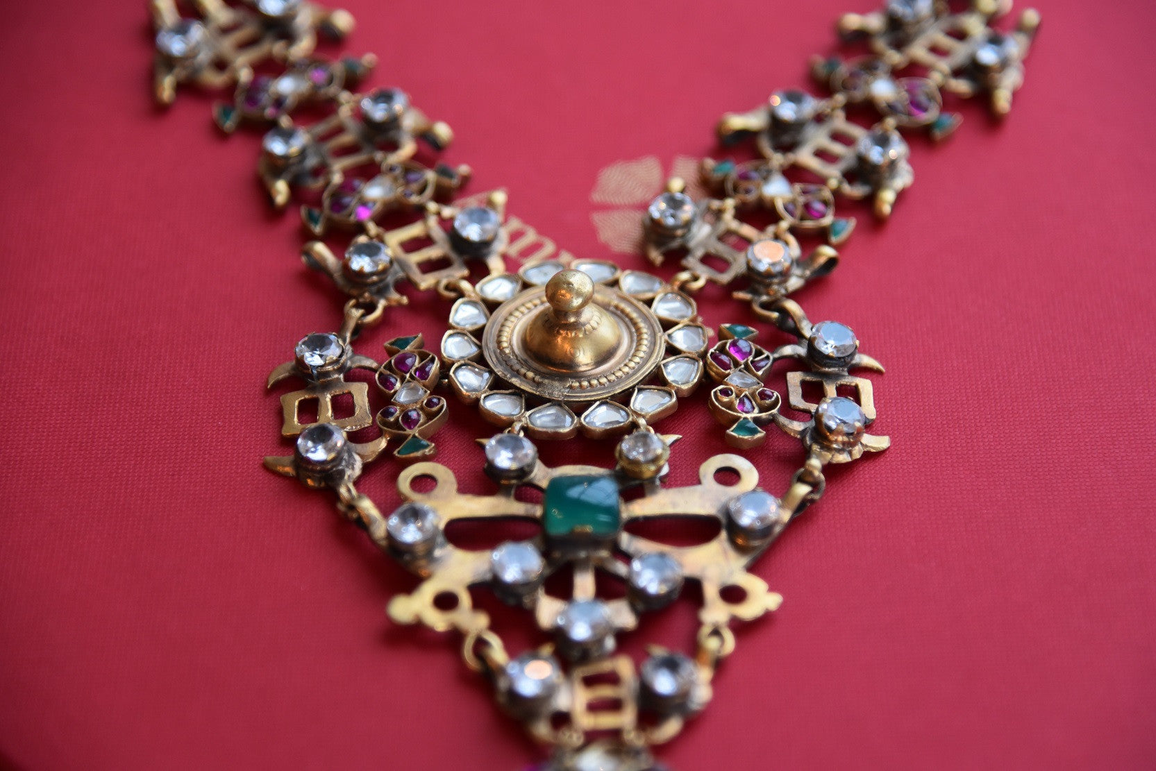 20B014, The traditional Indian amrapali fashion jewelry necklace from Pure Elegance can be bought online or from our store in USA. Perfect for any wedding and reception. Close up.