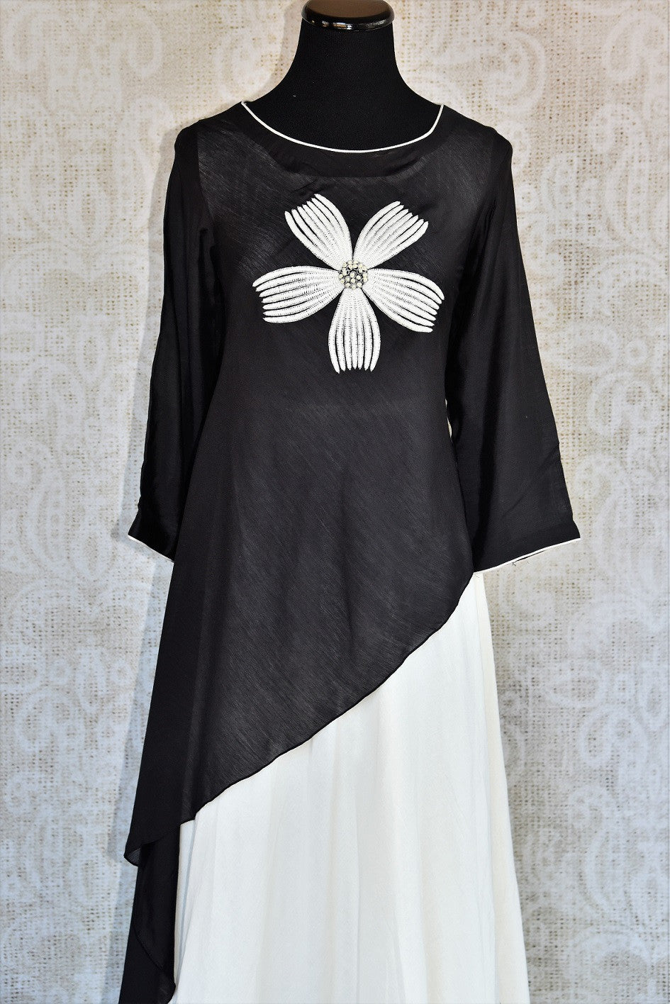 Buy the Black & white malmal cotton Indian outfit with a side tail cut online or from our Pure Elegance store in USA. It is perfect for any wedding or reception. Front View.