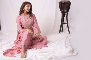 Buy dusty pink chanderi suit online in USA. Be the talk of parties and weddings with exquisite designer gowns, Indian suits, Anarkali dresses, Indo-western dresses from Pure Elegance Indian clothing store in USA .Shop online now.-close up