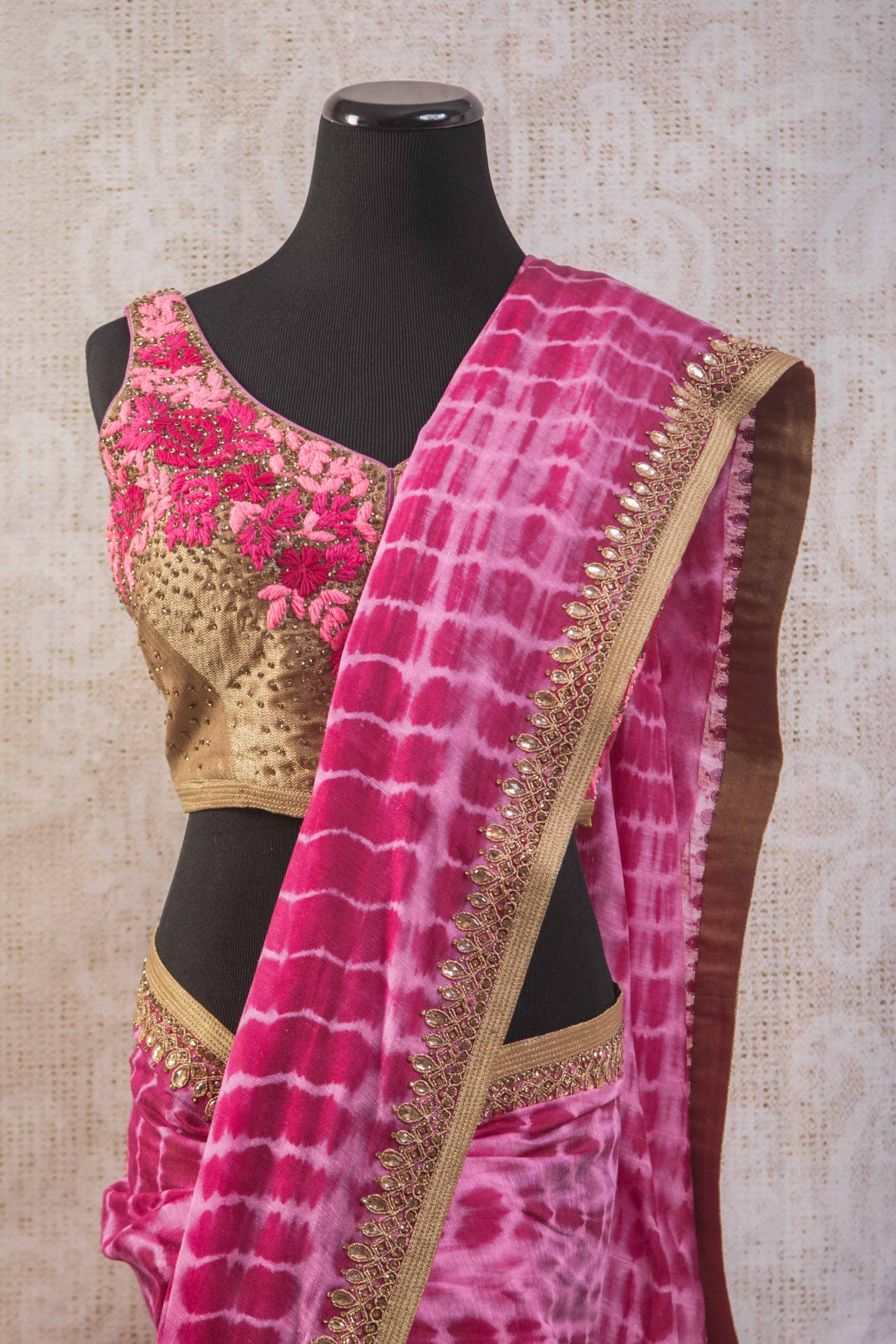 90b806 Tie dye saree with an embroidered blouse and border. The lovely pink Indian sari online at Pure Elegance is wonderfully versatile and will be an evergreen addition to your ethnic closet.