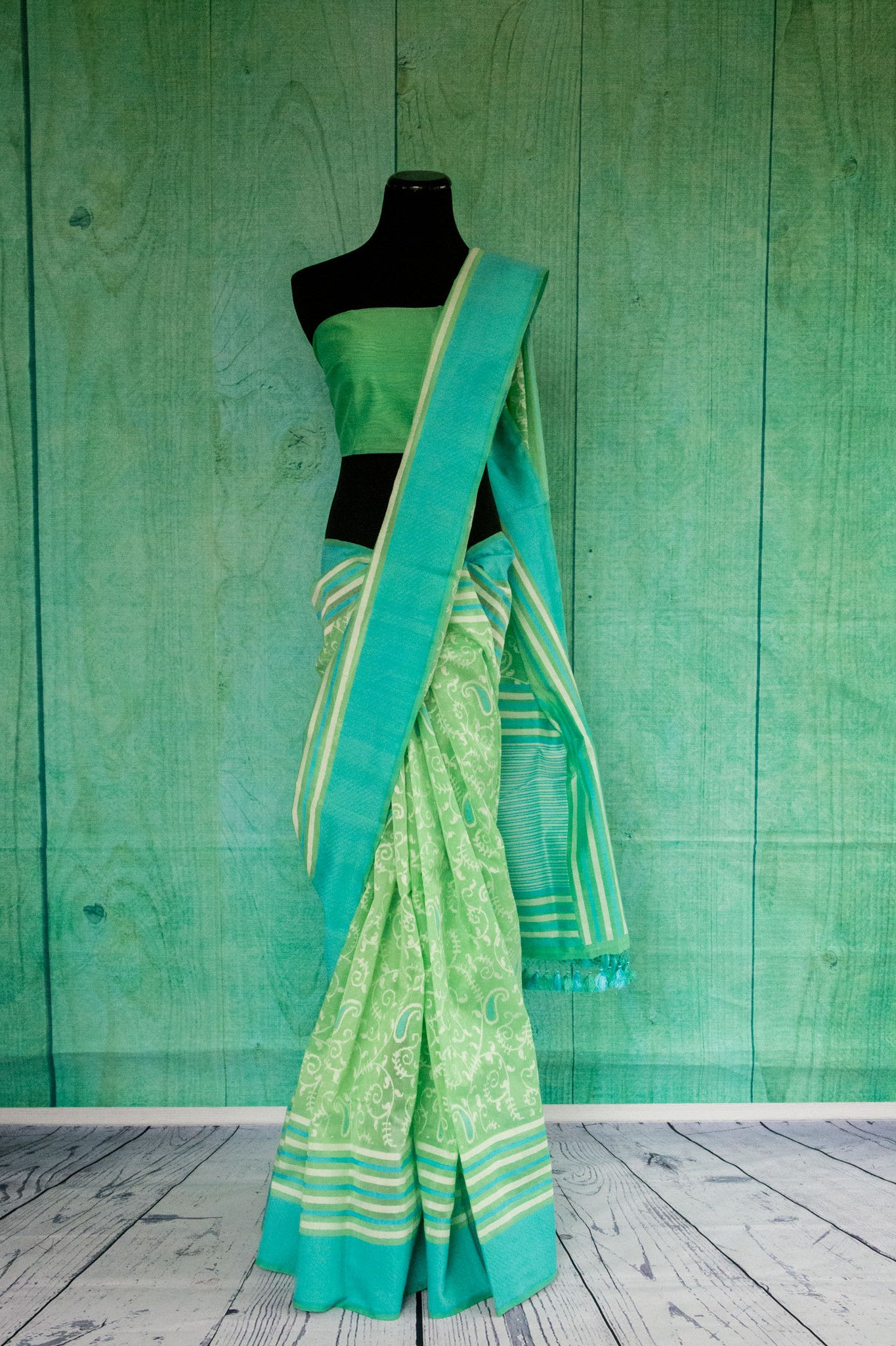 90c130 Light green traditional saree with teal border and ethnic paisley an floral pattern. Buy this woven saree from Banaras online at Pure elegance - Our Indian fashion store in USA.