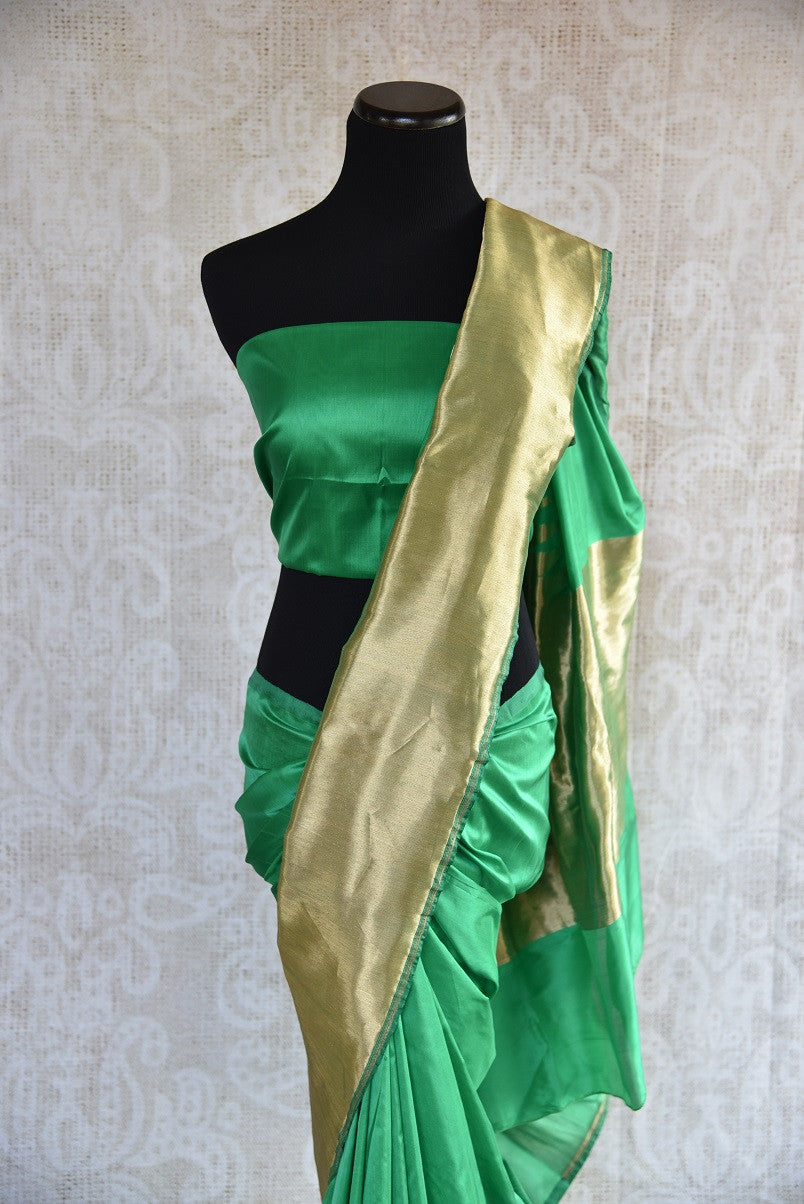 Buy green Banarasi silk saree online from Pure Elegance. Our Indian fashion store in USA brings an exquisite collection of woven Banarasi sarees in USA for women.-blouse pallu