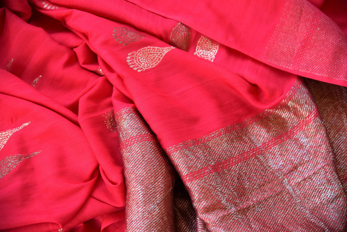 90D316 Beautiful tussar georgette Banrasi saree available at our Indian clothing store. The sari with goden pallu & motif is ideal to wear at pujas, Indian weddings and occasions. This ethnic outfit is a timeless one!
