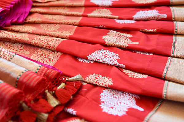 Ethnic Red Banarasi hand woven silk saree available at our Indian women clothing store Pure Elegance. This Elegant piece is ideal for Pujas and wedding parties.-floral arrangement