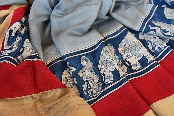 Buy this elegant off white linen Indian saree with kalamkari print and red gold border and attached kalamkari blouse from Pure Elegance online. Great for parties-Close Up