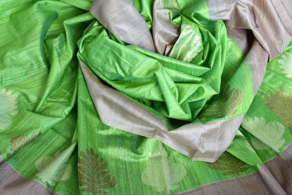 Buy this beautiful green matka banarasi silk saree with a tan border and a tan blouse piece. Perfect attire for casual Indian parties and events. - close up
