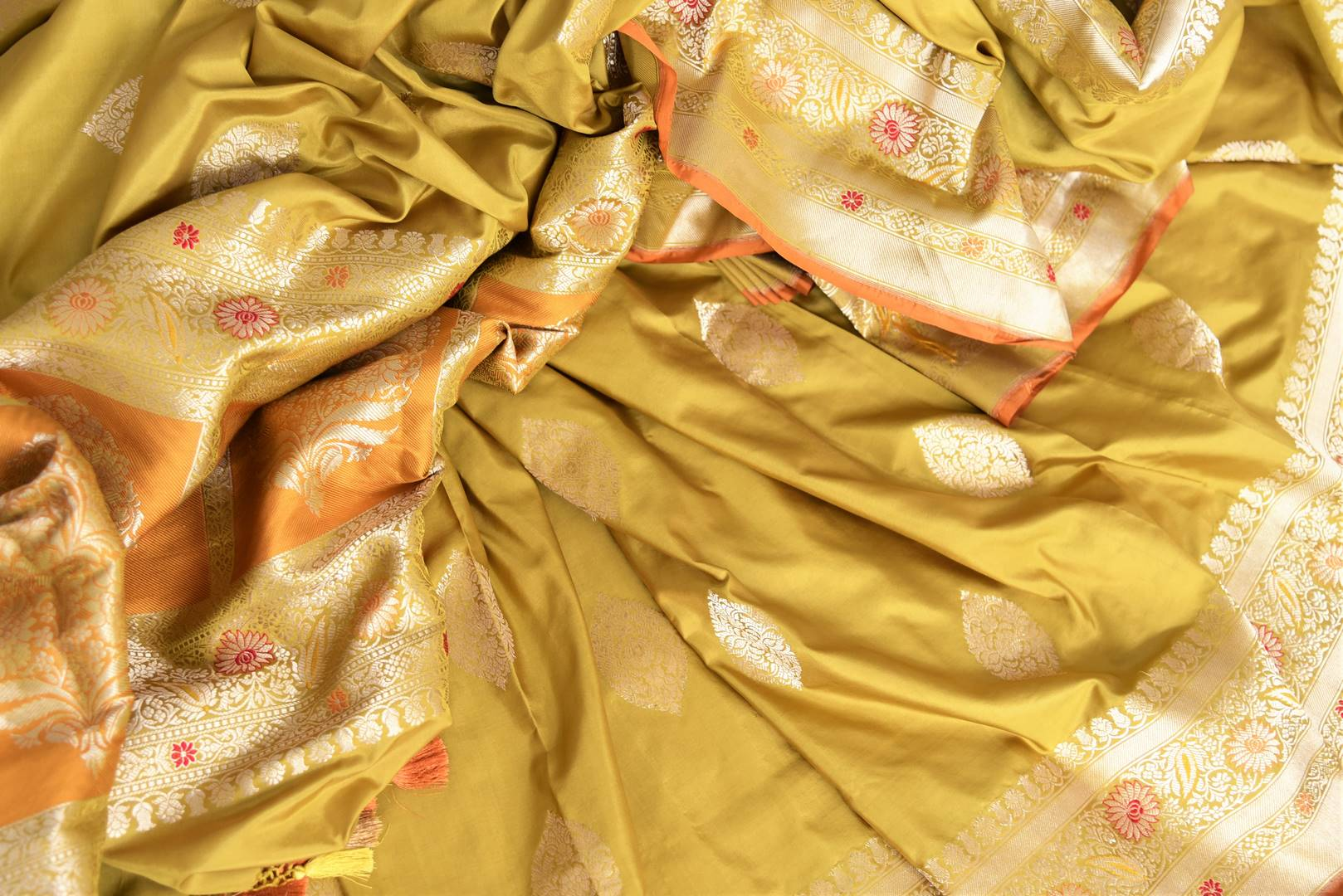Rich gold Banarasi silk saree buy online in USA with zari buta and border. The saree is sure to bring splendor to your Indian wedding look. If you are looking for Indian designer silk sarees, Banarasi sarees in USA, then Pure Elegance clothing store is your one-stop solution, shop now.-details