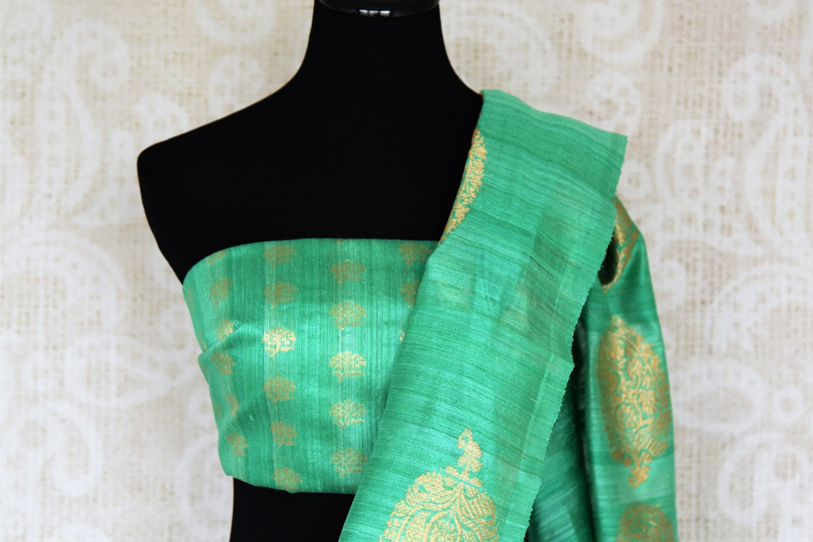 Drape this gorgeous orange organza banarsi silk saree to fancy parties, gala soirees, weddings etc. It comes in a striking green contrast with buta work and paired with visually appealing green buta work blouse. Shop designer silk sari, printed saree, embroidered saree online or visit Pure Elegance store, USA. -blouse pallu