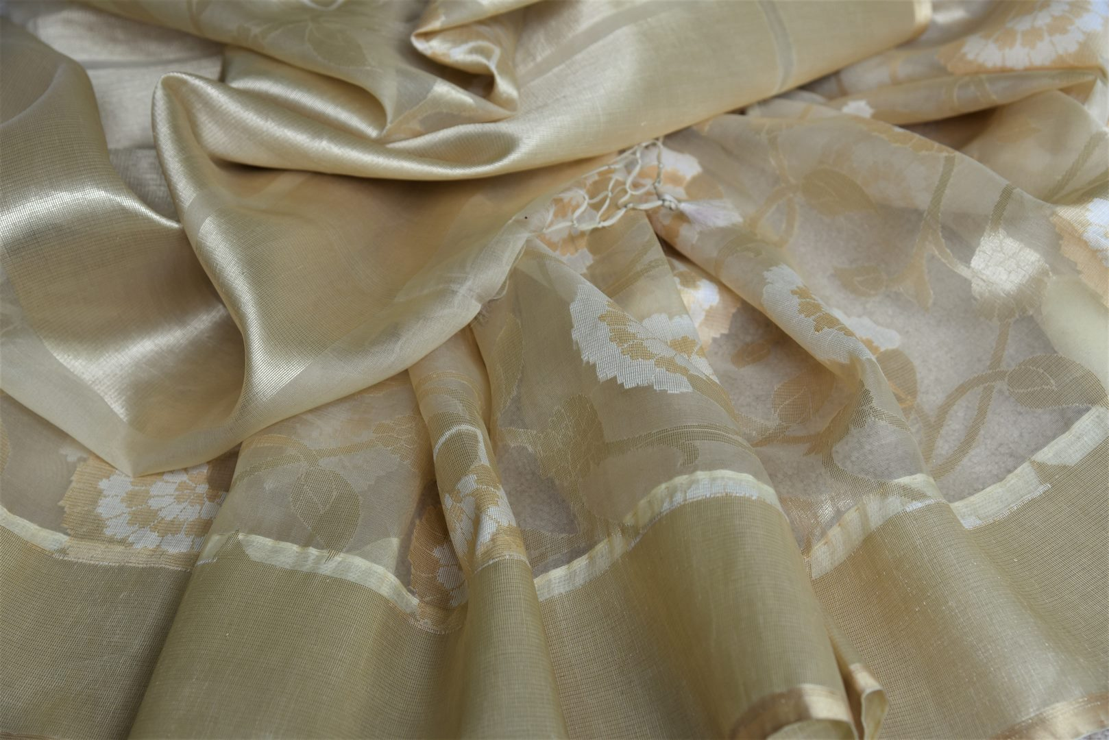 Shop online cream organza Banarasi sari in USA with floral design. Give your look an elegant touch with beautiful Indian designer saris available at Pure Elegance Indian fashion store in USA or shop online.-details
